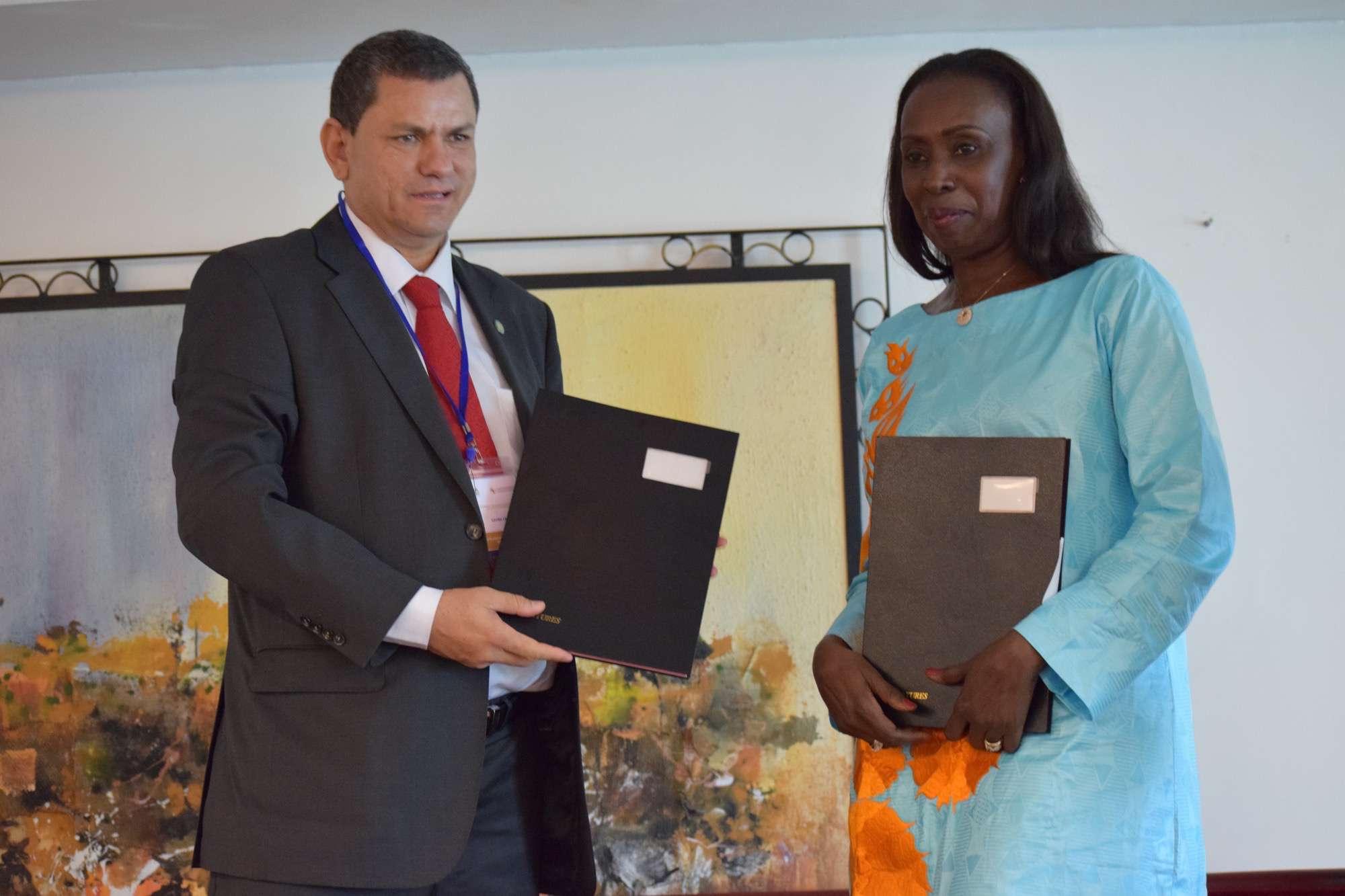 Dr. Xavier CRESPIN, Directeur Général de l'OOAS et Madame Fatimata SY, Directrice de l'Unité de Coordination