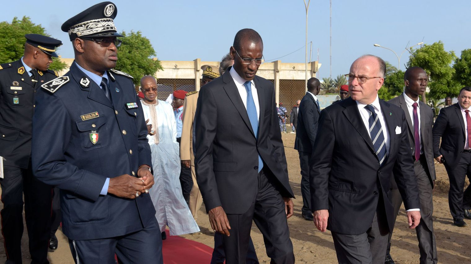 les-ministres-francais-et-senegalais-de-l-interieur-bernard-cazeneuve-et-abdoulaye-daouda-diallo-c-le-7-octobre-2016-a-dakar_5722183